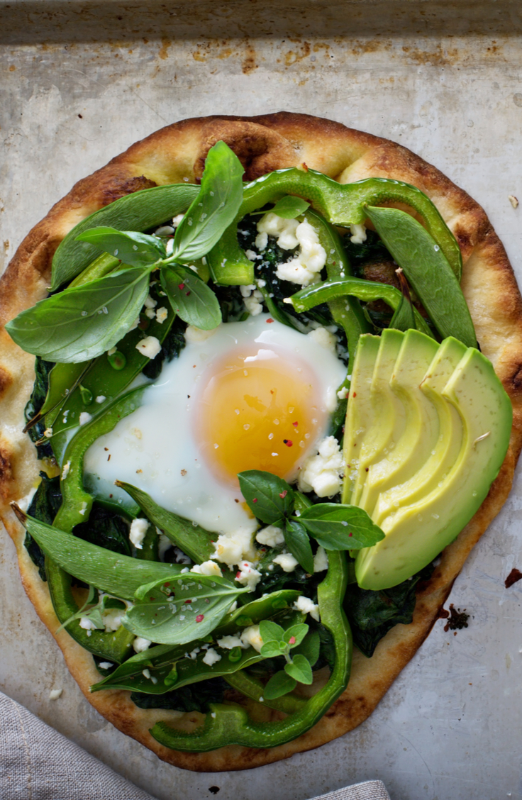 This spinach and egg breakfast pizza is something that everyone should try! For more delicious frozen pizza dough recipes, click on this post!