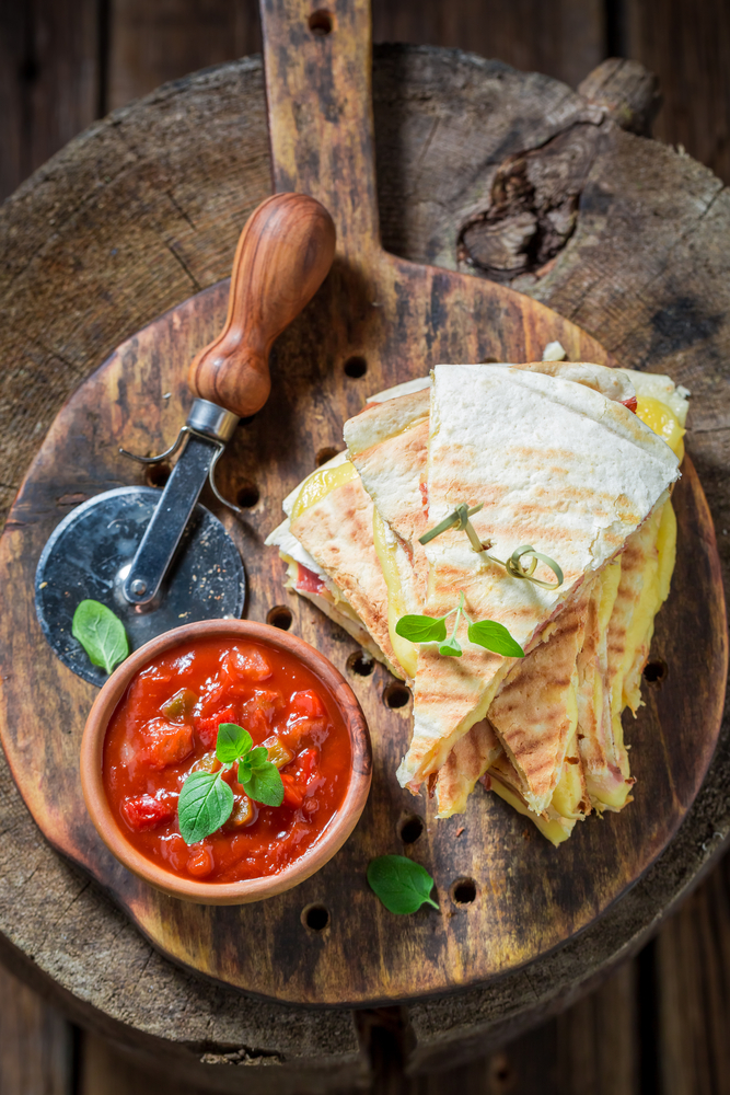 Whether you're a working mom or a stay at home mom, life can get crazy! Hopefully some of these easy dinner recipes for your family will help! This pizza quesadilla will be a hit with the kiddos.